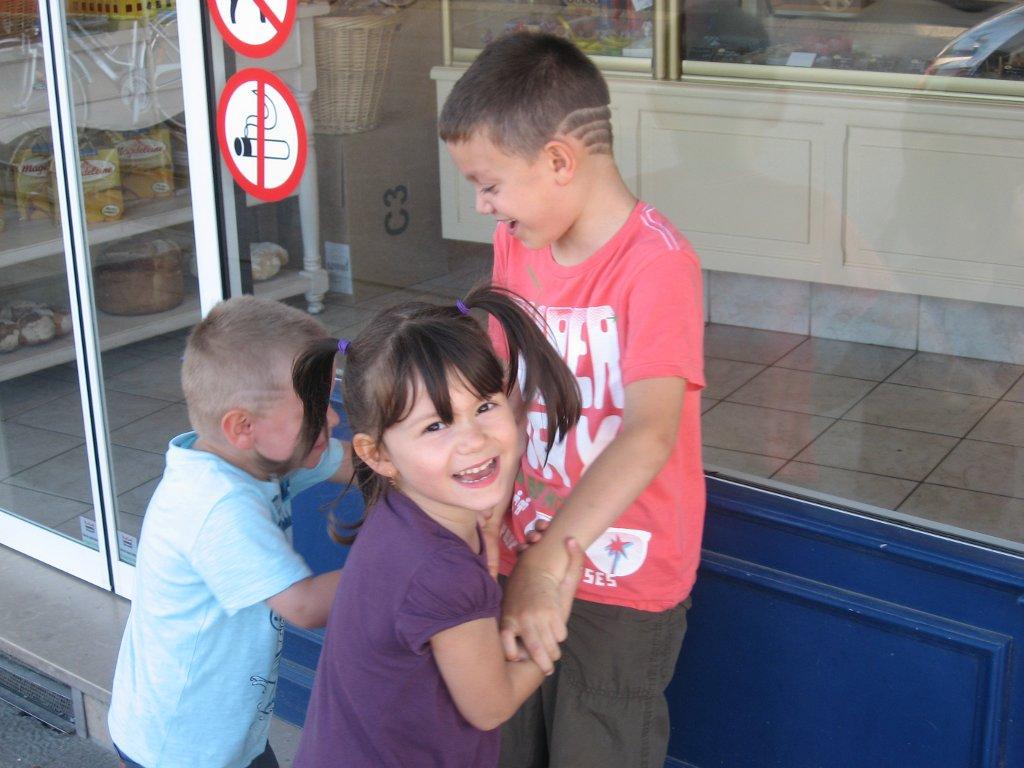 Noah, Jade, & Mathis devant la boulangerie