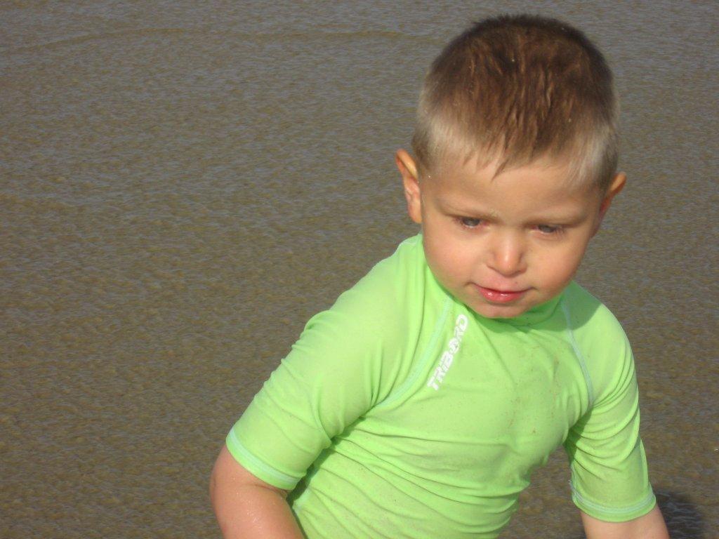 Mathis regardant l\'ocean